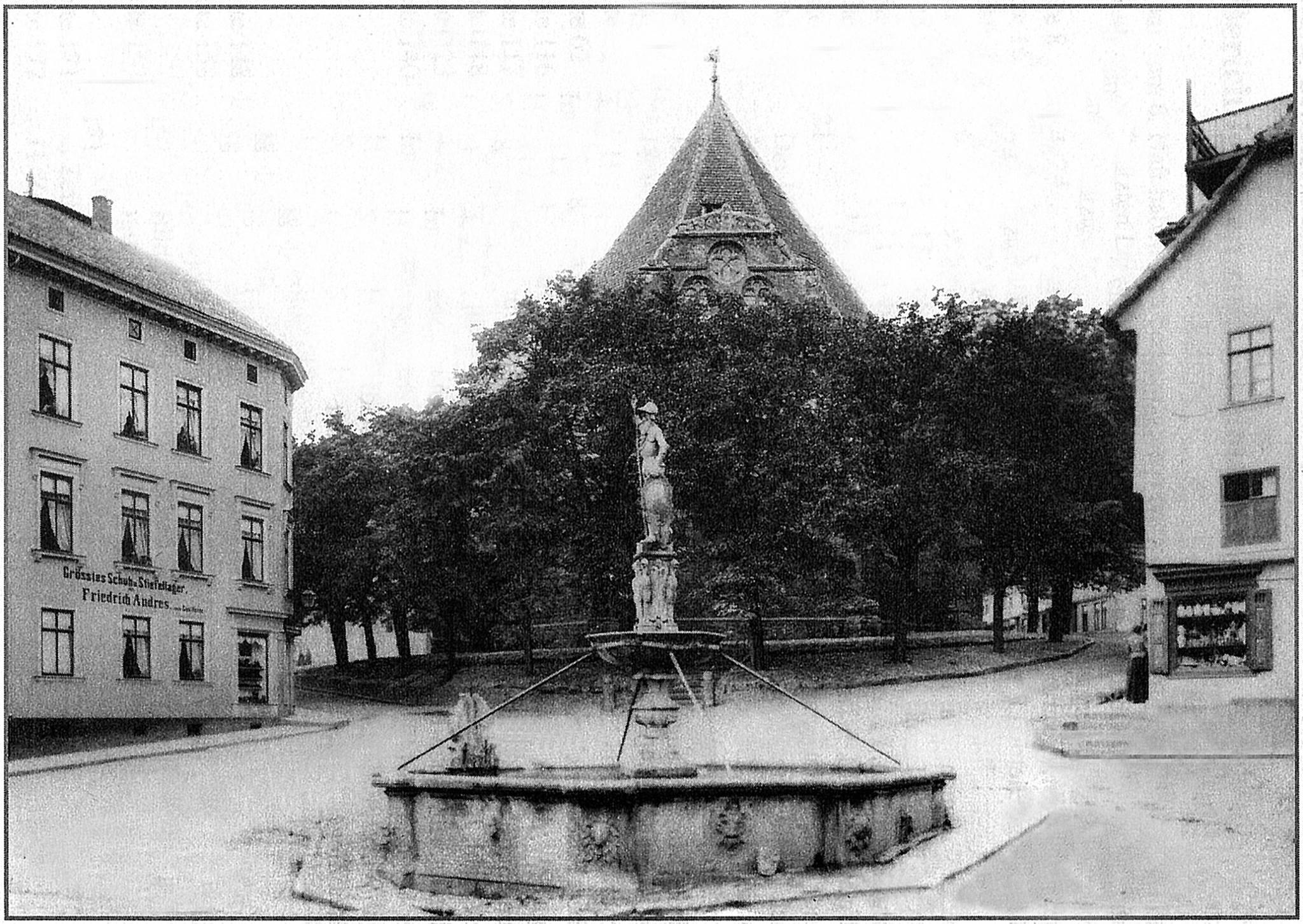 Blick zur Bachkirche ohne Balustrade um 1860. Ich sehe hinter dem Brunnen eine Treppe.
