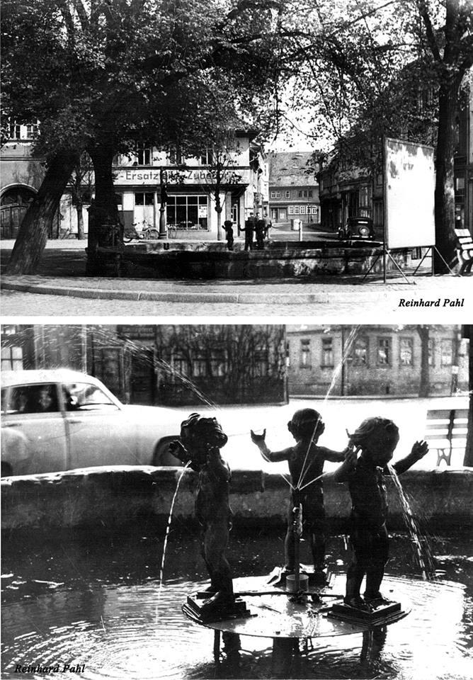 In den letzten Jahren gab es viele Diskussionen über die Neuerrichtung des Bismarck-Brunnen. In diesem Zusammenhang erinnerte ich mich immer daran, dass die Kinder-Figuren dieses Brunnen´s irgendwann einmal, im Riedbrunnen Wasser spuckten. Keiner meiner Bekannten wollte es mir so richtig glauben und man sprach, bzw. schrieb auch nicht darüber. Nun habe ich den Beweis an meine Erinnerungen gefunden. An das Jahr erinnere ich mich leider nicht mehr. Es müsste Anfang oder Mitte der 1960er gewesen sein und lange haben die Figuren hier auch nicht gestanden.
