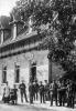"""Vor uns sehen wir die Gaststätte """"Zum Ritterstein"""" in der Plauesche Straße 3 (Ersterwähnung 1867) um 1915 und 2017."""